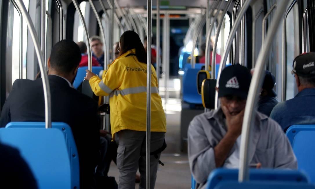 Fiscal checa validação do bilhete, mas precisa do guarda se for multar Foto: Fabiano Rocha / Agência O Globo