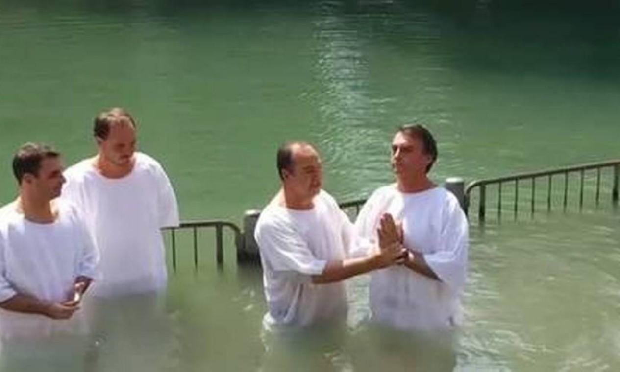 Deputado Jair Bolsonaro sendo batizado pelo Pastor Everaldo em Israel, no Rio Jordão em 2016 Foto: Divulgação