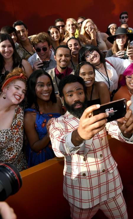 O 'rei leão' tirou foto com os fãs que estavam na porta do Dolby Theatre Foto: KEVIN WINTER / AFP