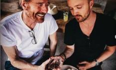 Bryan Cranston e Aaron Paul estão produzindo a marca de mescal 'Dos Hombres' Foto: Reprodução/Instagram