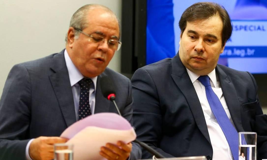 O deputado Hildo Rocha(MDB-MA) e o presidente da Câmara, Rodrigo Maia, durante sessão de instalação da comissão especial que vai analisar a proposta de emenda à Constituição da reforma tributária Foto: Agência Brasil