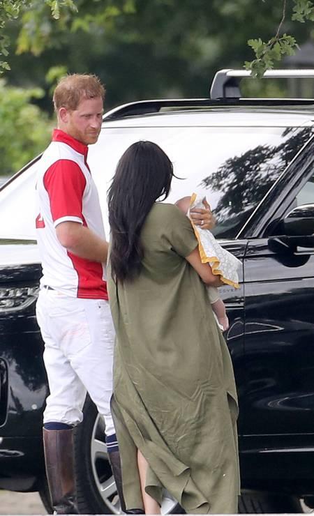 Fora de campo, o príncipe Harry ficou ao lado da mulher e do filho Foto: Chris Jackson / Getty Images