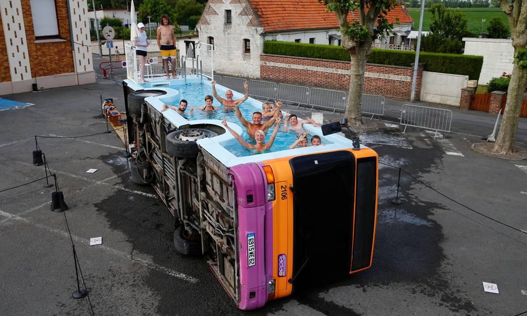 """O artista francês Benedetto Bufalino transformou um ônibus em uma refrescante área de lazer. A obra, instalada em Gosnay, perto de Béthune, foi batizada de """"le bus piscine"""" Foto: PASCAL ROSSIGNOL / REUTERS"""