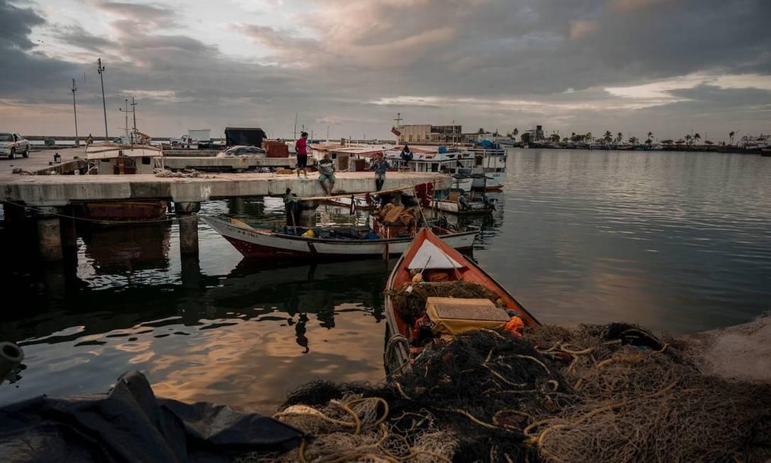 Pescador descansa em La Playita, em Güiria, Venezuela, em uma doca freqüentemente usada para viajar para Trinidad Foto: Adriana Loureiro Fernandez/The New York Times