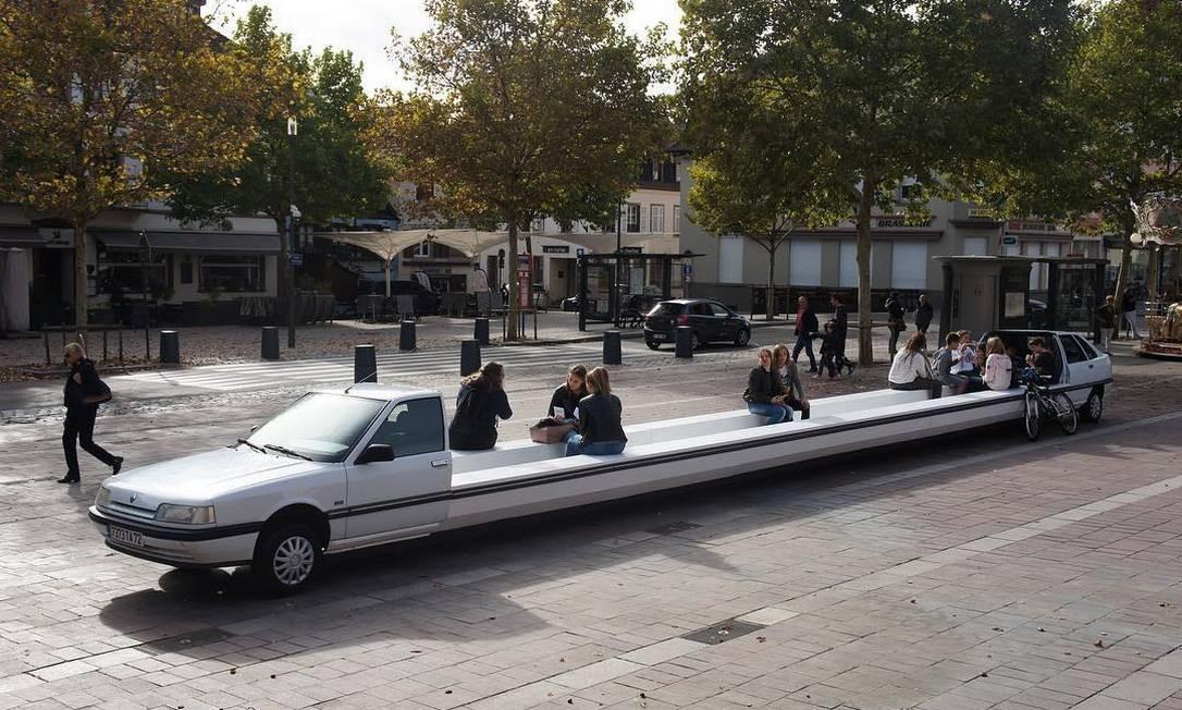 O artista costuma transformar o ambiente urbano em cidades como Madri, Paris, Lyon e Moscou em palco para instalações inusitadas, como esta limousine tranformada em banco público Foto: Reprodução / Instagram