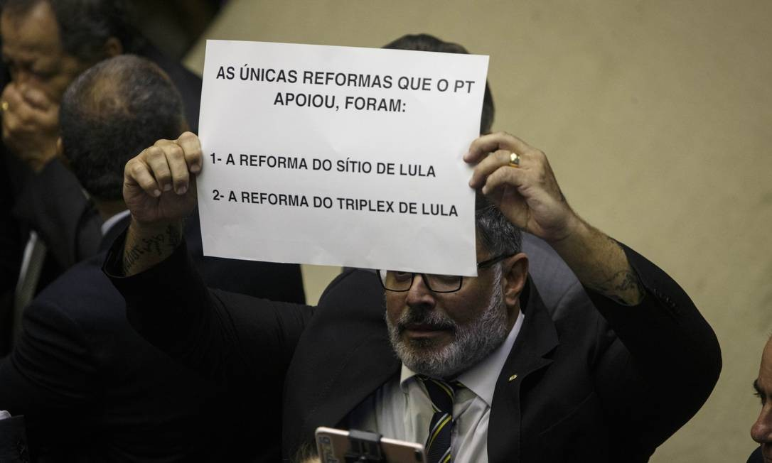 A favor da reforma da Previdência, o deputado Alexandre Frota (PSL-SP) exibe cartaz contra o PT e o presidente Lula Foto: Daniel Marenco / Agência O Globo