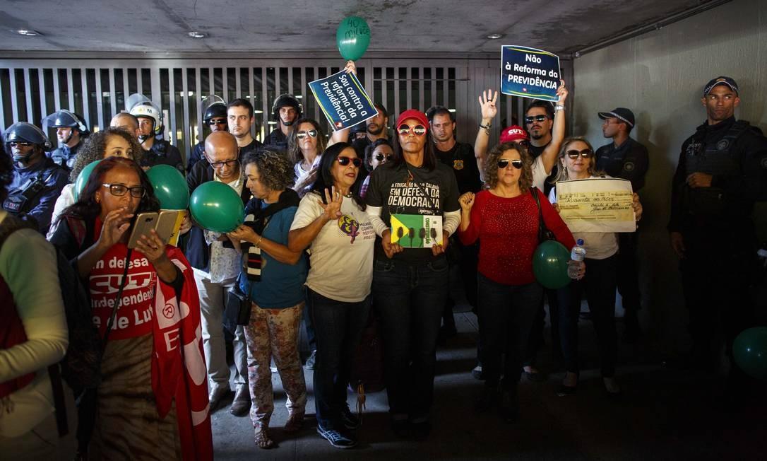 Movimento de manifestantes ao redor do prédio da Câmara Foto: Daniel Marenco / Agência O Globo