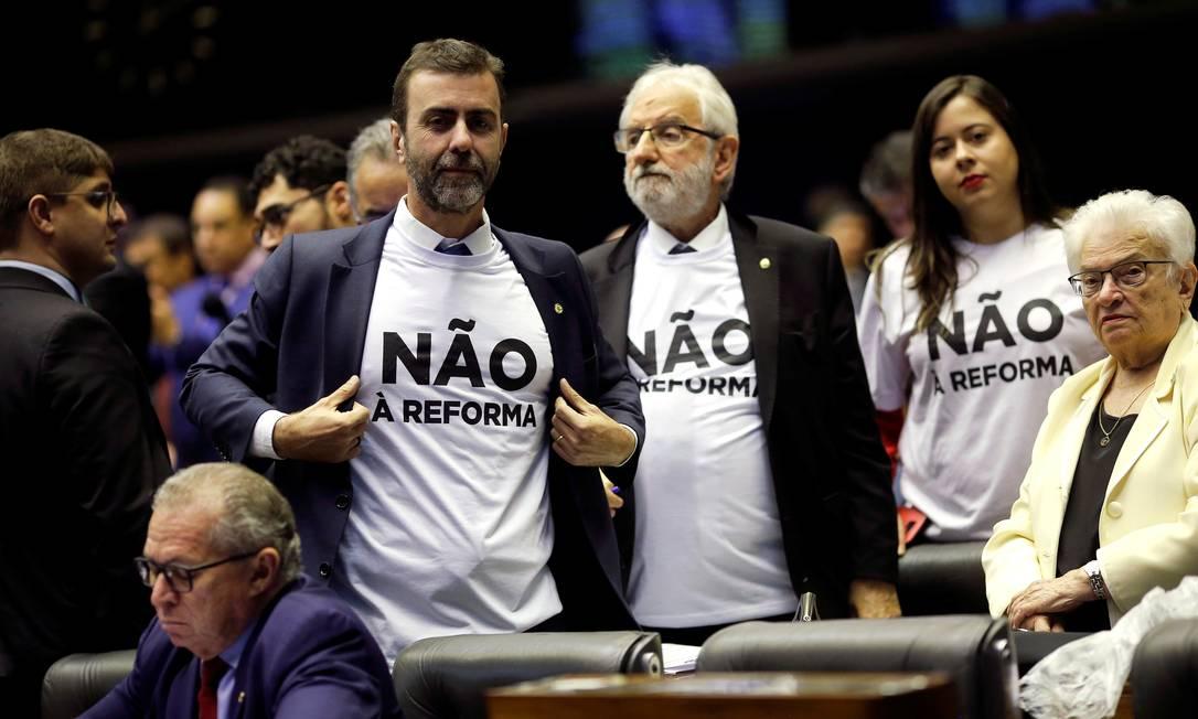 """Deputados da oposição vestem camisas com a inscrição """"Não à reforma"""" Foto: ADRIANO MACHADO / REUTERS"""