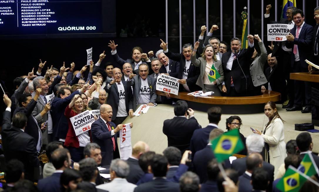 Deputados da oposição se manifestam contra a votação da reforma da Previdência Foto: ADRIANO MACHADO / REUTERS