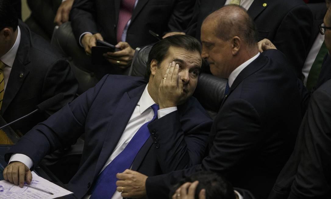 Rodrigo Maia conversa com Onyx Lorenzoni, ministro da Casa Civil que foi exonerado para reforçar a votação como deputado na Câmara Foto: Daniel Marenco / Agência O Globo