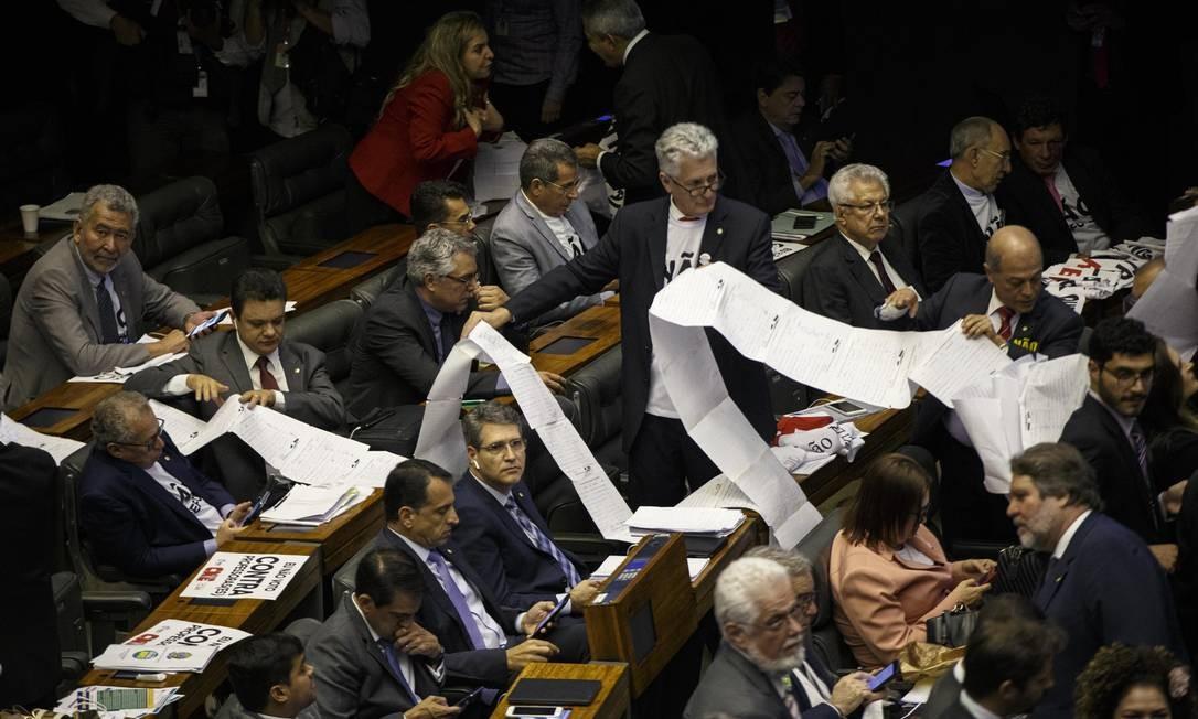 Deputados exibem abaixo-assinado contra a reforma da Previdência Foto: Daniel Marenco / Agência O Globo