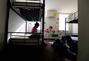 O recém-inaugurado centro de triagem de Carrizo Springs, no estado americano do Texas, foi apresentado à imprensa nesta terça-feira. Cerca de 225 menores desacompanhados estão no local. Governo dos EUA afirma que o pacote de US$ 4,6, aprovado pelo Congresso, permitiu a abertura de novos locais para os menores que chegaram desacompanhados ao país. Foto: POOL / REUTERS