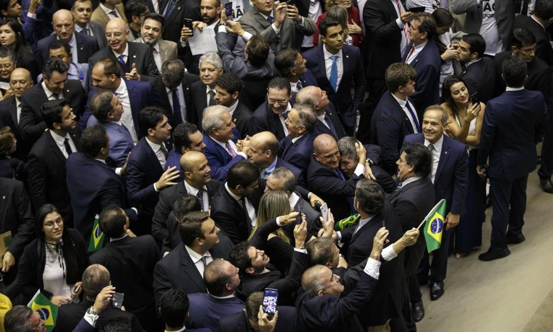 Deputados comemoram aprovação da reforma da Previdência na Câmara Foto: Daniel Marenco / Agência O Globo
