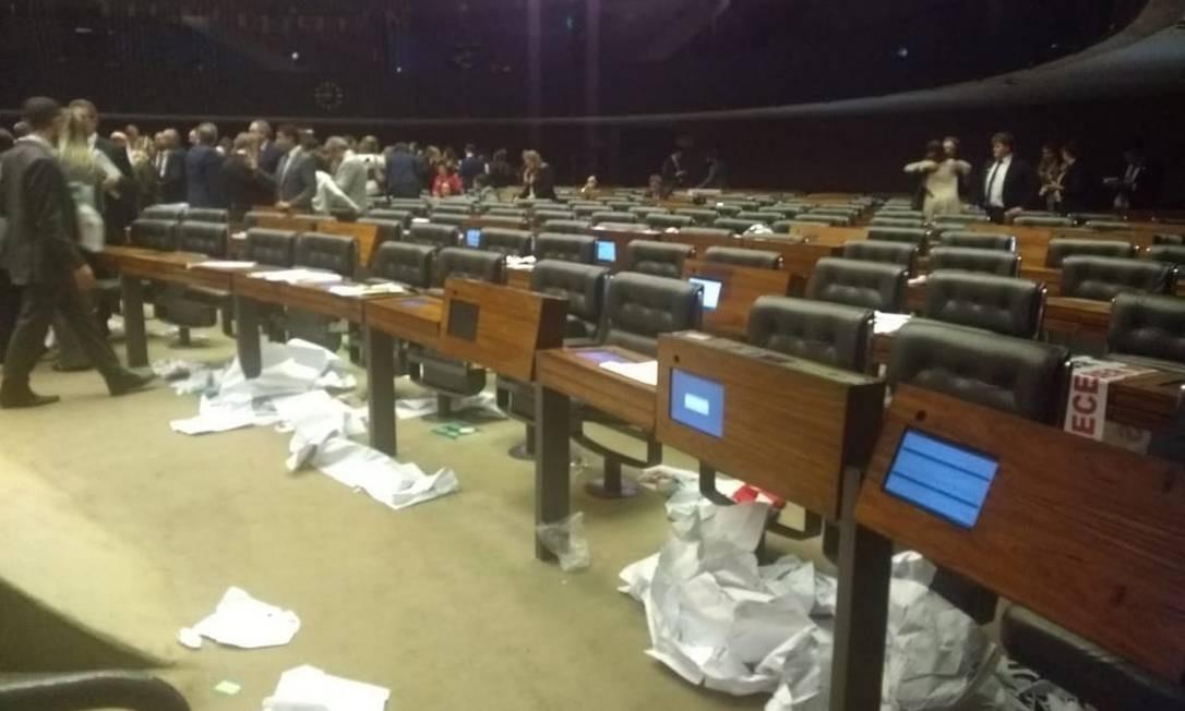 Lixo deixado no plenario durante votação da reforma da Previdência Foto: Naomi Matsui/Agência O Globo