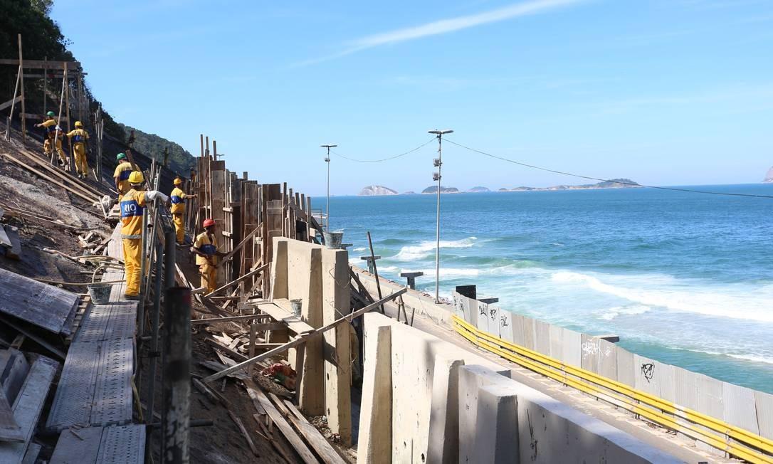 Operários da prefeitura trabalham na encosta do Vidigal. Peritos recomendam a não liberação da Niemeyer Foto: Fabiano Rocha / Fabiano Rocha