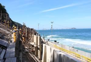 Operários da prefeitura trabalham na encosta do Vidigal. Peritos recomendam a não liberação da Niemeyer Foto: Fabiano Rocha / Agência O Globo
