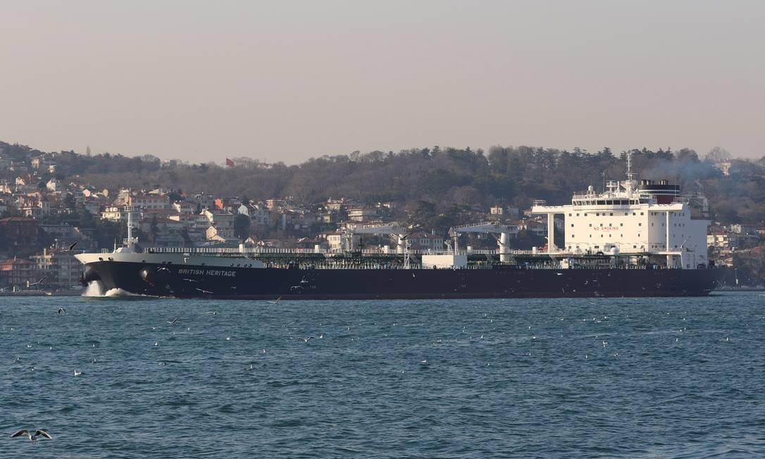 O navio British Heritage, no Estreito de Bósforo, a caminho de Istambul Foto: STRINGER / REUTERS / 11-07-2019