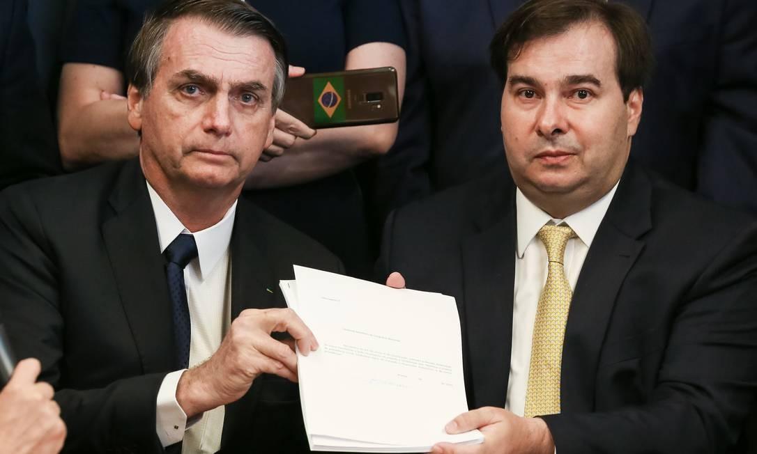 Presidente da República, Jair Bolsonaro entrega para Rodrigo Maia o documento da PEC da Reforma da Previdência Social Foto: Marcos Corrêa / Agência O Globo