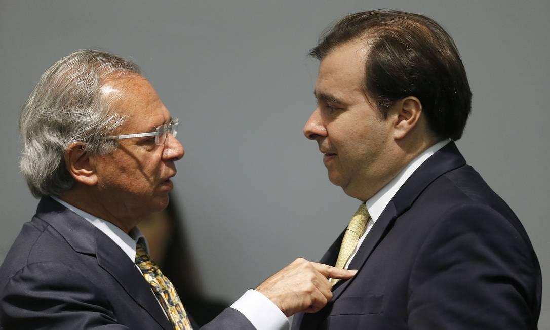 O ministro da Economia, Paulo Guedes, e o presidente da Câmara na cerimônia de transmissão de cargo, no antigo Ministério da Fazenda Foto: Jorge William / Agência O Globo