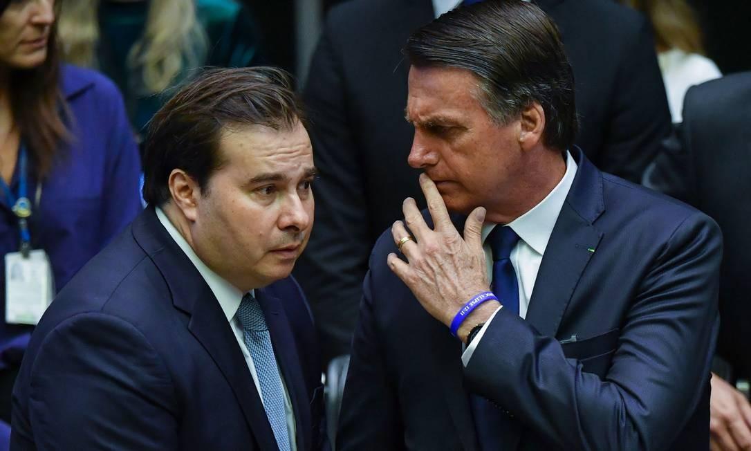 Recém-empossado presidente do Brasil, Jair Bolsonaro fala com Rodrigo Maia durante a cerimônia de posse do Congresso em Brasília Foto: NELSON ALMEIDA / AFP
