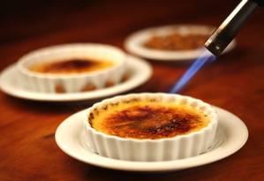 O crème brûlée do Barra Grill tem açúcar caramelizado por cima finalizado com maçarico (R$ 20) Foto: Fabio Rossi / Divulgação