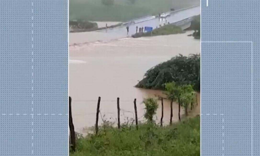 Barragem transborda na divisa entre Bahia e Sergipe, após fortes chuvas Foto: Reprodução / TV Bahia