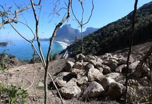 Em relatório de peritos indicados pelo TJ, blocos de rocha na encosta são apontados como um risco na Avenida Niemeyer Foto: Fabiano Rocha / Agência O GLOBO