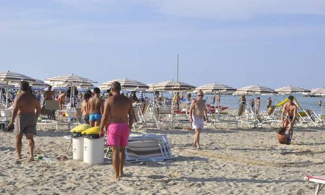 (ANSA) - SAN BENEDETTO DEL TRONTO (AP), 22 MAG - Ambiente: il Comune di San Benedetto del Tronto vieta il fumo in spiaggia. Foto: Giuseppe Ercoli / ANSA