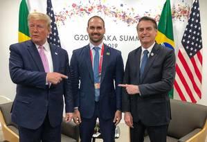 Donald Trump, Eduardo Bolsonaro e Jair Bolsonaro durante a cúpula do G-20 no Japão Foto: Reprodução/Twitter