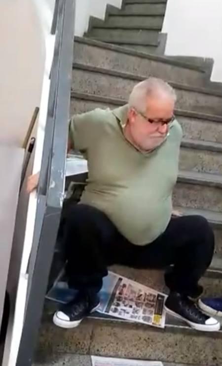 O professor Jorge Crim, de 62 anos, que é cadeirante, passou pela humilhação de precisar subir sentado a escada da agência do INSS da Av. Marechal Floriano, no Centro do Rio. O elevador do prédio não estava funcionando. Foto: Reprodução Foto: Agência O Globo