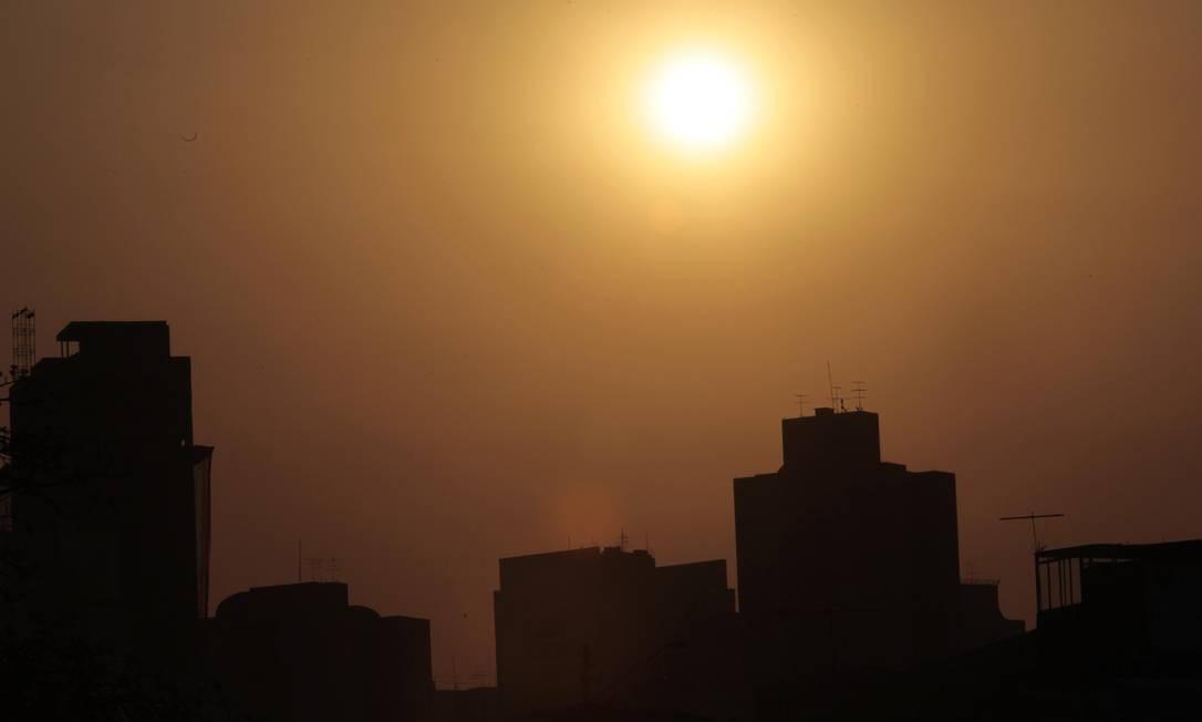 PA São Paulo (SP) 26/08/2010. Clima , tempo , calor em SP. A cidade de São Paulo continua sofrendo com tempo seco. Na Foto Por do sol na região do aeroporto .Foto Marcos Alves/Agência O Globo Foto: Marcos Alves