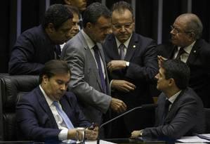 Deputados conversam durante votação da reforma da Previdência: Casa quer priorizar pautas econômicas Foto: Daniel Marenco / Agência O Globo