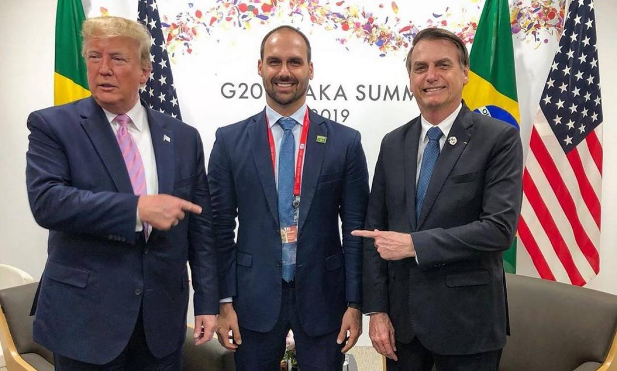 Eduardo foi com o pai à reunião de cúpula do G-20 em Osaka, Japão, em junho. Ele postou no Twitter uma foto ao lado do pai e de Trump, comemorando a troca de elogios entre os presidentes Foto: Reprodução/Twitter