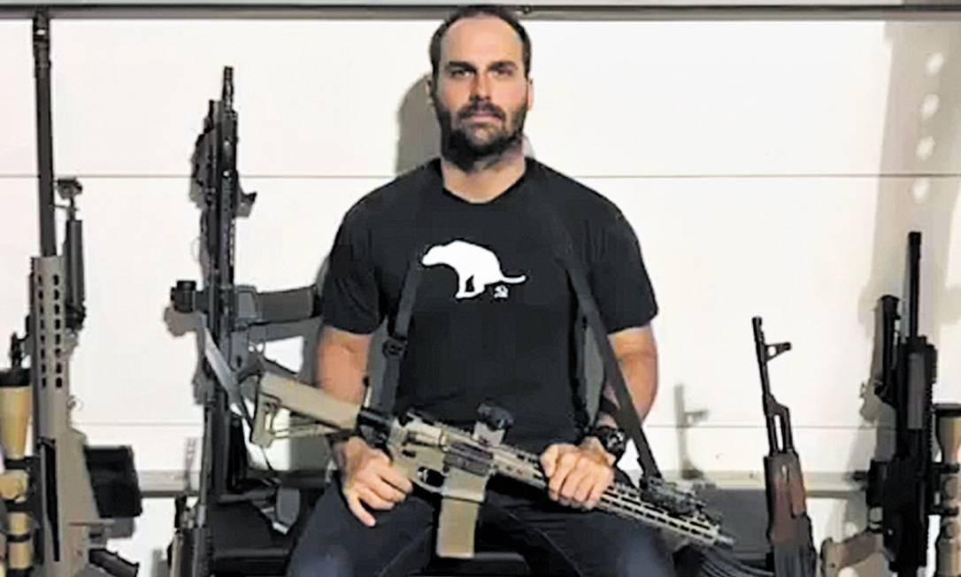 Eduardo Bolsonaro é escrivão da Polícia Federal licenciado e defende a liberalização do uso de armas pela população Foto: Reprodução/Twitter