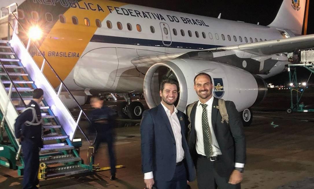 Eduardo Bolsonaro ao lado do assessor especial para Assuntos Internacionais da Presidência, Filipe Martins, durante viagem presidencial à Argentina; os dois são seguidores de Olavo de Carvalho Foto: Reprodução/Twitter
