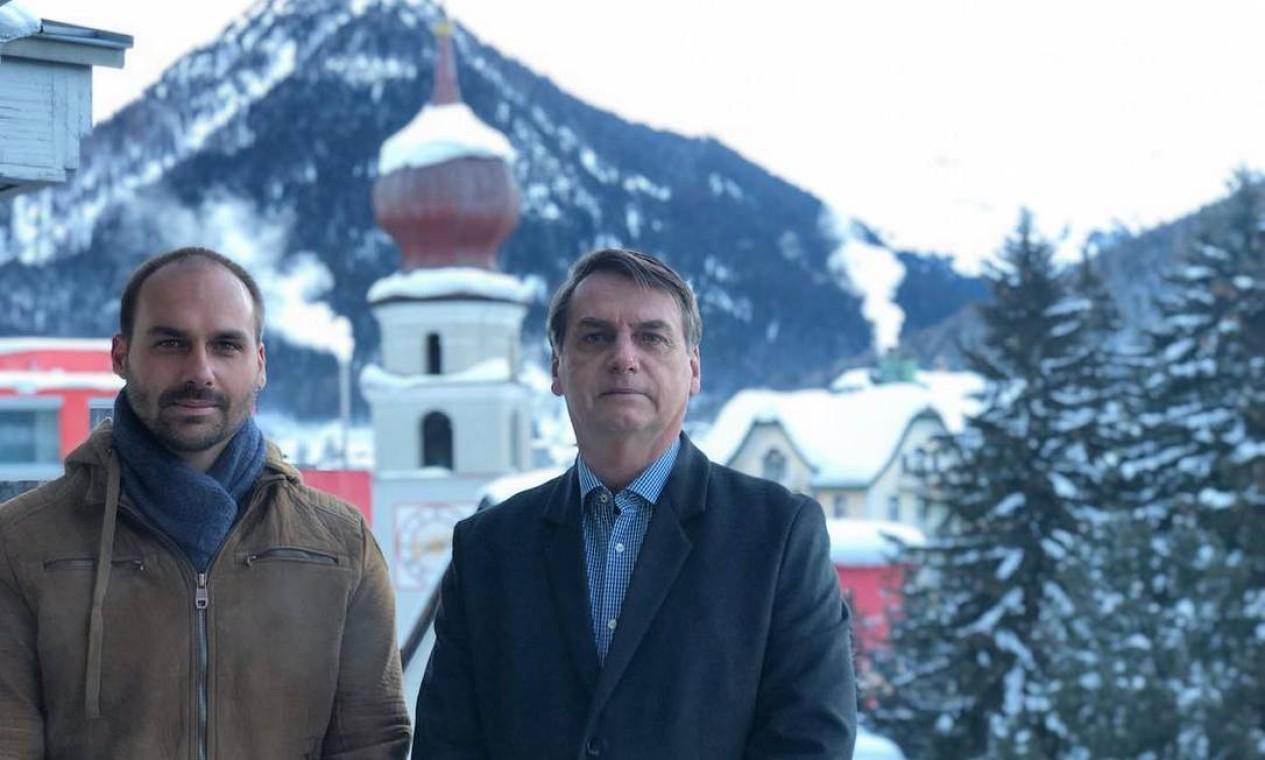 Eduardo Bolsonaro e o pai na primeira viagem oficial ao exterior, a Davos, Suíça, para a Reunião Anual do Fórum Econômico Mundial Foto: Reprodução/Twitter