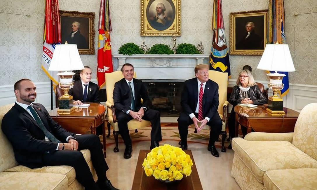 Eduardo Bolsonaro no Salão Oval da Casa Branca com Donald Trump e o pai durante visita oficial do presidente aos Estados Unidos: chanceler Ernesto Araújo ficou de fora, em março Foto: Reprodução/Twitter