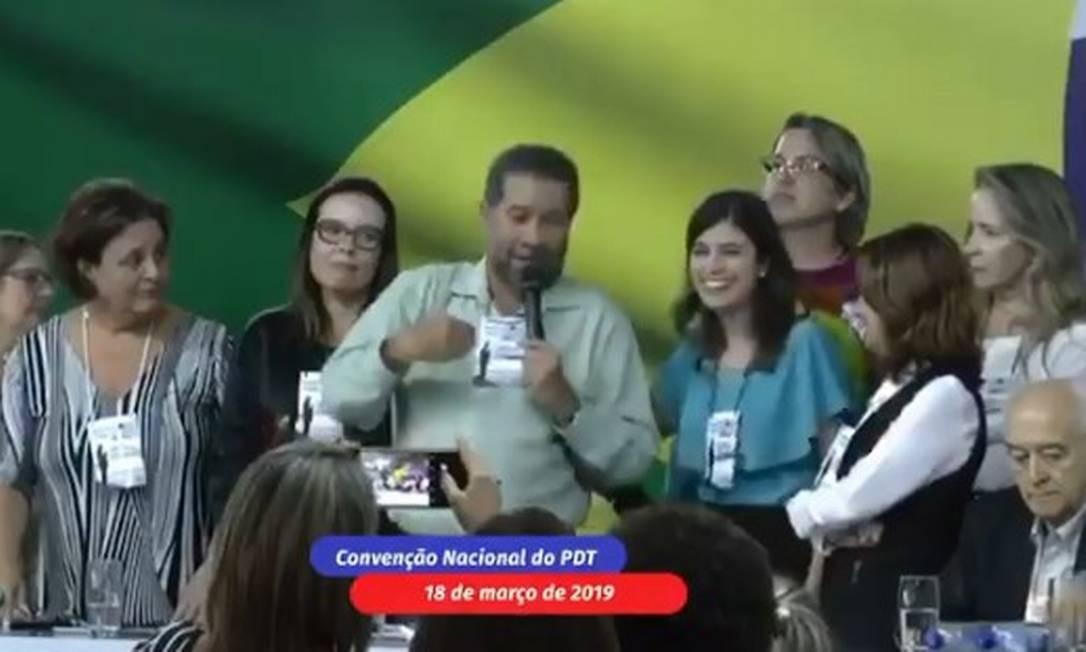 Presidente do PDT, Carlos Lupi discursa em Convenção Nacional da sigla ao lado da deputada Tabata Amaral Foto: Reprodução/Twitter