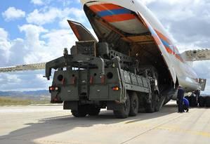 Primeiros equipamentos do sistema de defesa aérea S-400, de fabricação russa, chegam à base aérea de Murted, nos arredores de Ancara. Compra do sistema russo, fechada em 2017, gerou uma crise na Otan, com ameaça de sanções aos turcos Foto: HANDOUT / AFP