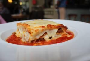 """A """"Lasagne alla Bolognese"""", do Torna, segue a receita original italiana: carne, molho de tomate e mozarela gratinada. Rua Nóbrega 198, Jardim Icaraí. Telefone: 3629-1557. Foto: Divulgação/Victor Montechiari / ."""