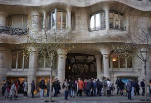 Turistas fazem fila para entrar em La Pedrera, uma das construções mais famosas de Antoni Gaudí em Barcelona Foto: Samuel Aranda / The New York Times