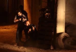 Os policiais Santiago (Erom Cordeiro) e Mendonça (Silvio Guidane) em 'A divisão', do Globoplay, em cena gravada na Vila Vintém Foto: Carlos Fofinho/Divulgação