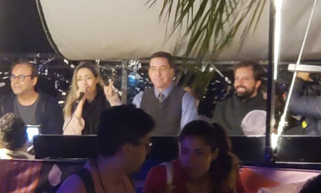 No barco da Flipei, da esquerda para a direita: o professor da UFABC Sérgio Amadeu, a socióloga Sabrina Fernandes, o jornalista Glenn Greenwald e o ator e roteirista Gregório Duvivier Foto: Karen Garcia / Agência O Globo