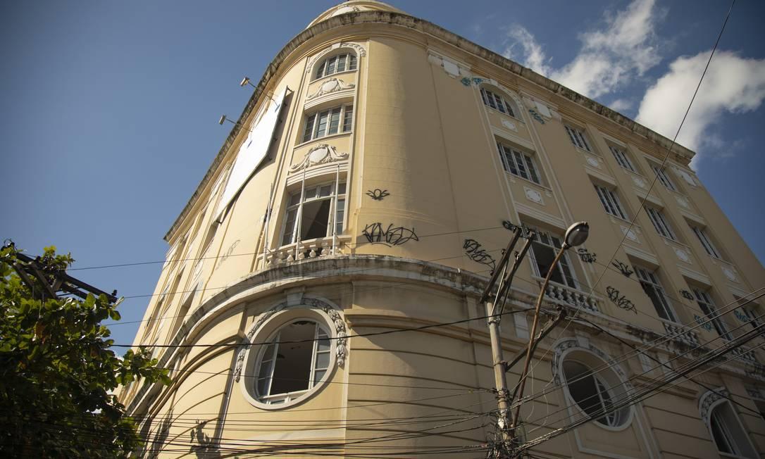 Pichado.Com cinco pavimentos, a antiga sede do TCE, tombada pela prefeitura em 1994, sofre com ações de vândalos Foto: Ana Branco / Agência O Globo