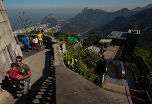 As escadas rolantes que estão paradas desde abril: opção é enfrentar 220 degraus Foto: Brenno Carvalho / Agência O GLOBO
