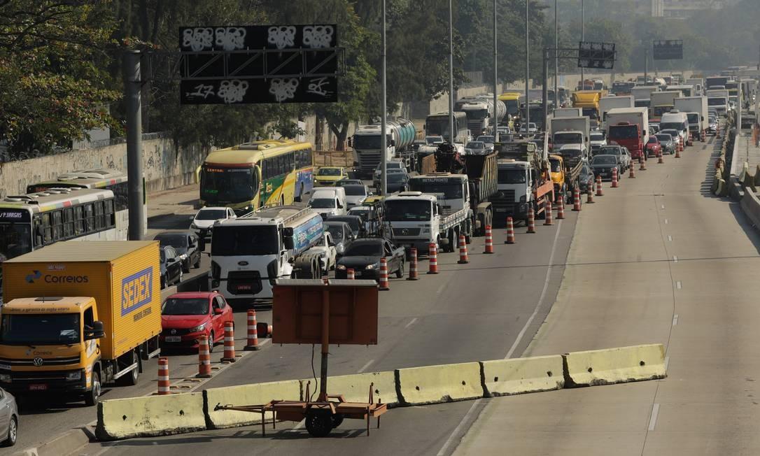Com o fechamento da pista central, sentido Centro, entre o Caju e Benfica, o tráfego foi desviado para a pista lateral Foto: BRENNO CARVALHO / Agência O Globo