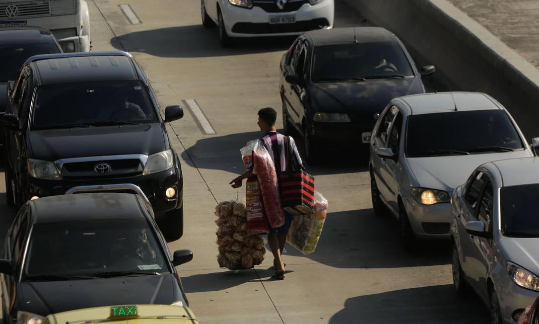 Ambulantes estão aproveitando o trânsito congestionado Foto: BRENNO CARVALHO / Agência O Globo