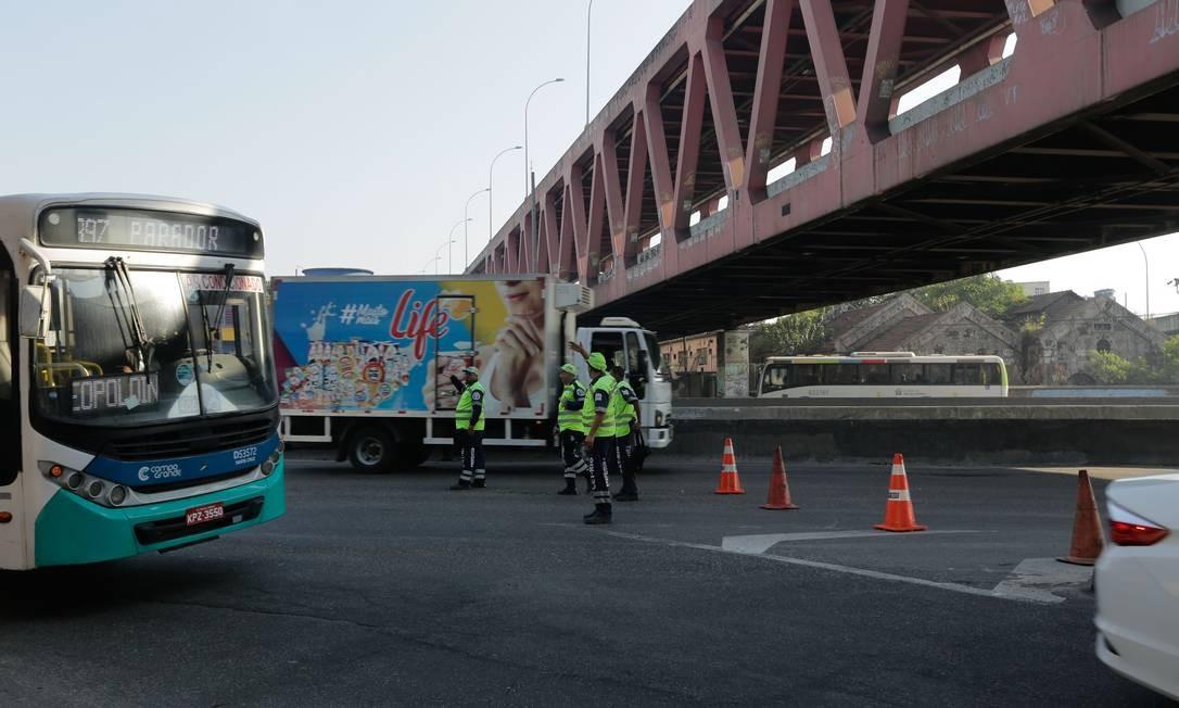 Agentes da CET-Rio orientam motoristas no primeiro desvio na altura da Linha Vermelha Foto: BRENNO CARVALHO / Agência O Globo