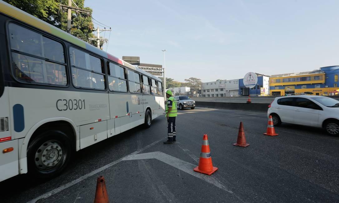 Motoristas que querem chegar ao Centro tem que seguir pela pista lateral da avenida Brasil Foto: BRENNO CARVALHO / Agência O Globo