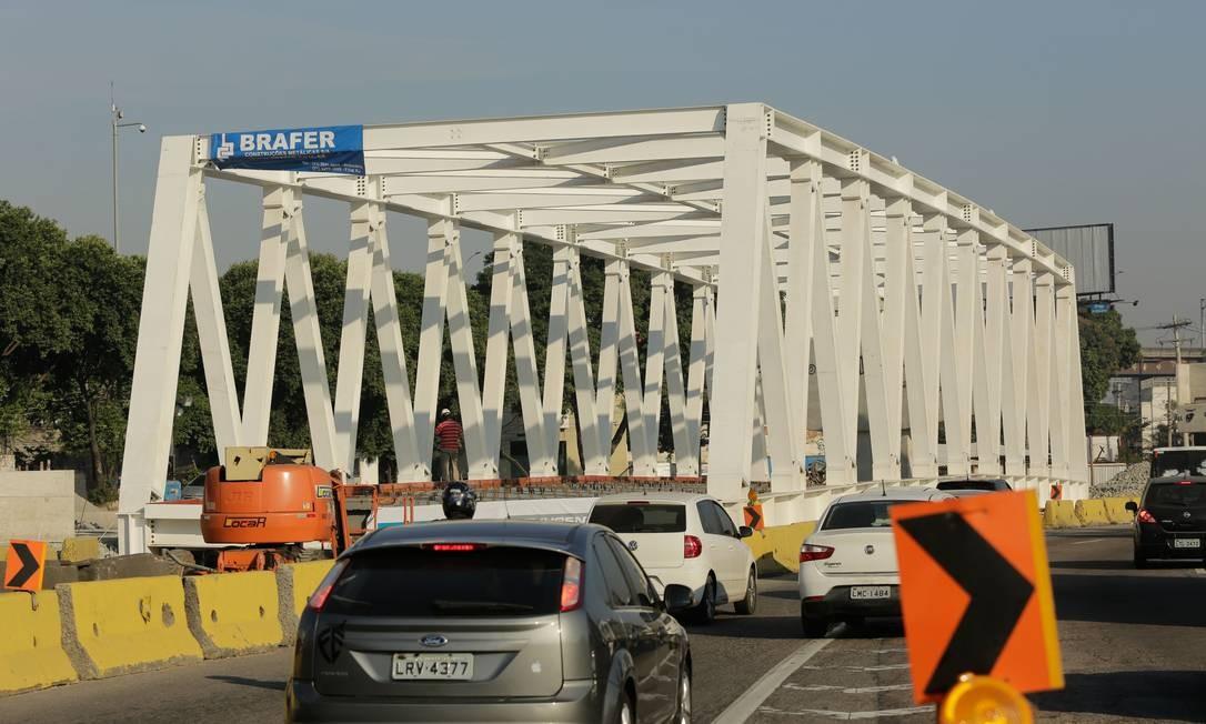 O tráfego foi fechado ao trânsito para a instalação da ponte de treliça que vai ligar as avenidas Brasil e Rio de Janeiro Foto: BRENNO CARVALHO / Agência O Globo